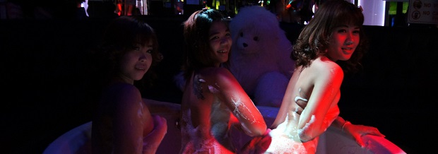 Pattaya girls in a gogo shower show